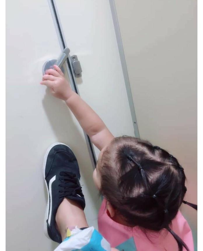 ▲女兒上完了,就想把門打開出去,嚇的媽媽趕緊用腳擋住門。(圖/翻攝自《爆廢公社》)