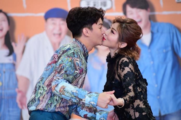 ▲王彩樺記者會上獻吻兒子許富凱。(圖/華試提供)
