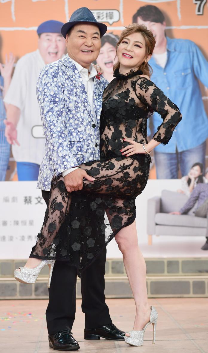 ▲50歲的王彩樺保養得宜,記者會上大顯身材。(圖/華視提供)