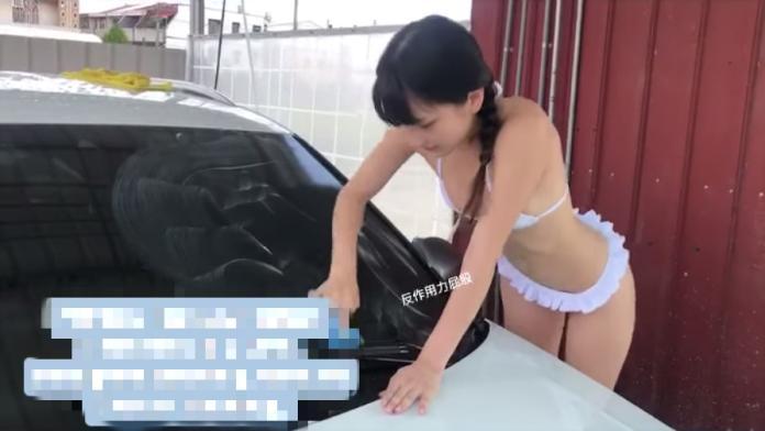 <br> ▲社群網站和 LINE 瘋傳一段「台中西屯 600 洗車」的火辣影片,堪稱只要 600 元,就有長相甜美可愛的比基尼辣妹幫忙洗車,讓許多老司機暴動。(圖/翻攝自小丁臉書)