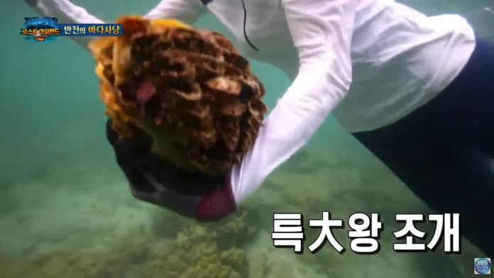 ▲李烈音拔起兩顆巨蚌上岸,還開心對鏡頭比勝利手勢。(圖/SBS YouTube)
