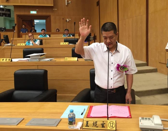 ▲王焜玄宣誓就職,正式成為嘉義縣議員。(圖/記者陳惲朋攝 , 2019.07.12)