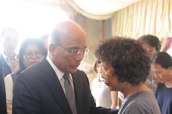 行政院長蘇貞昌慰問李承翰母親。