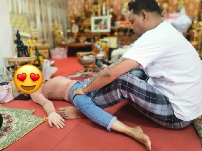▲泰國網路流傳一組照片,漂亮女信徒躺地開腿,讓師父坐在兩腿中間作法,聲稱可以招來好桃花。(圖/翻攝自Sanook)