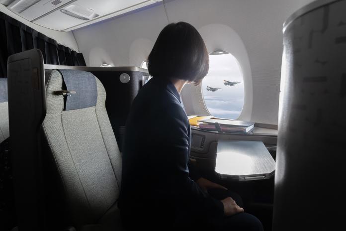 蔡英文總統此行「自由民主永續之旅」,空軍F16戰機伴飛護航。(圖 / 總統府提供)