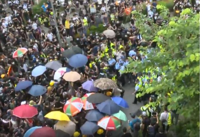 ▲香港爆發警民衝突。(圖/截自香港電台)