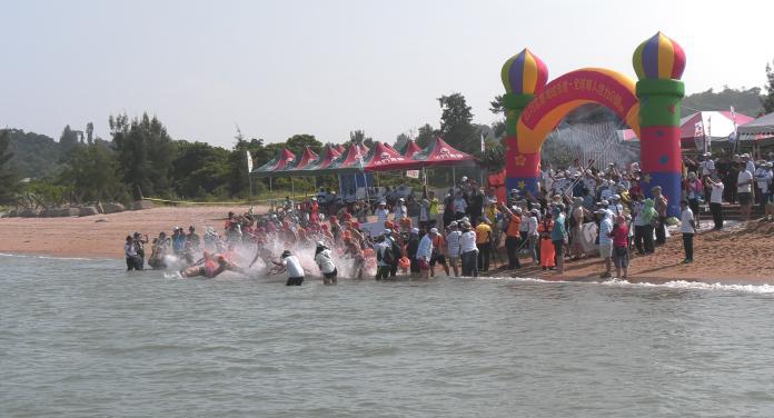 ▲第10屆金廈泳渡今日在烈嶼雙口鳴槍開賽。(圖/主辦單位提供)