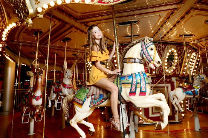 ▲安妮乘坐樂園的旋轉木馬。(圖/雲林縣政府提供)
