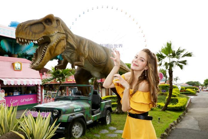 <br> ▲安妮在侏儸紀恐龍區的霸王龍前留影。(圖/雲林縣政府提供)