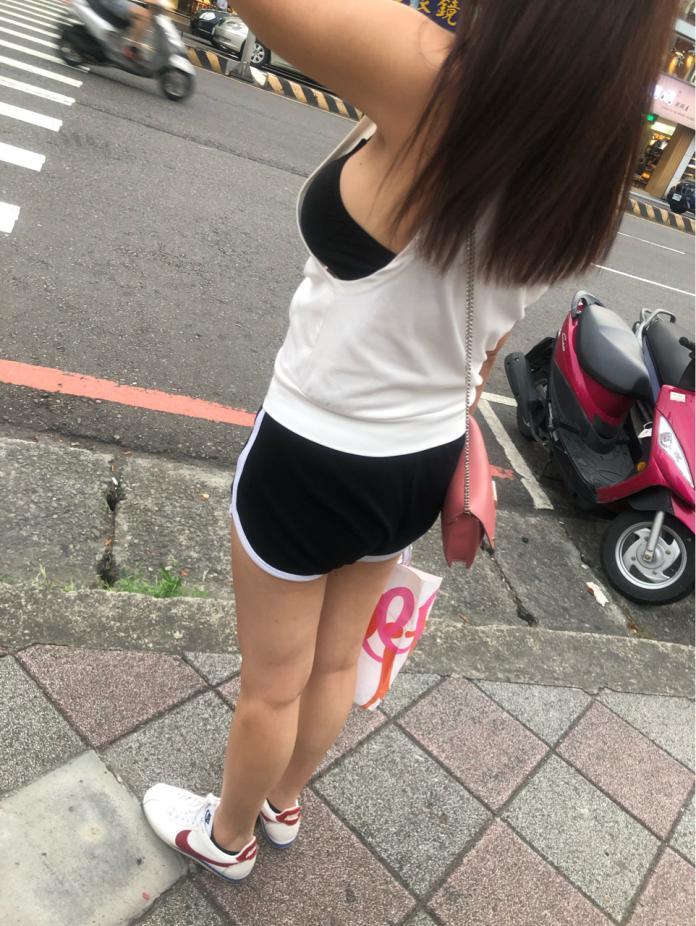 ▲真理褲妹不僅露出修長美腿,更吸睛的是,她的背心側邊大挖洞,傲人胸圍簡直快蹦出!(圖/翻攝自PTT)