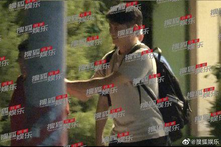 <br> ▲吳奇隆被拍到與友人聚餐,被網友笑虧幸福肥。(圖/翻攝自微博)