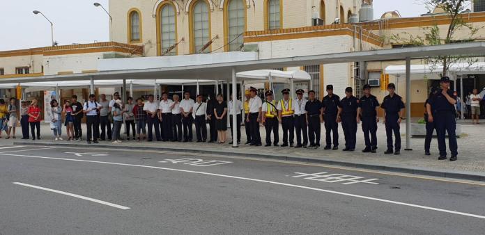 嘉義火車站務人員一起到站外,向勇警李承翰致敬。