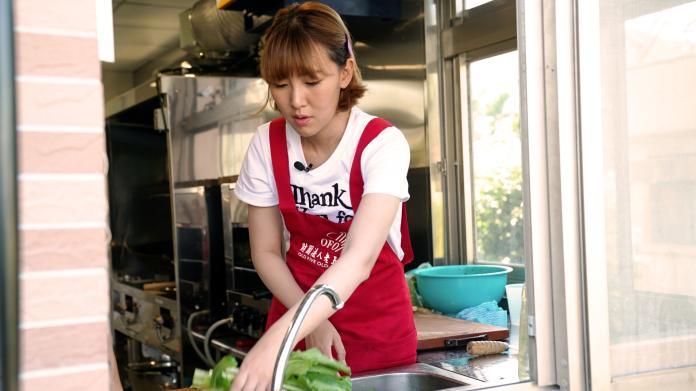 ▲李懿幫忙洗菜。(圖/三立提供)