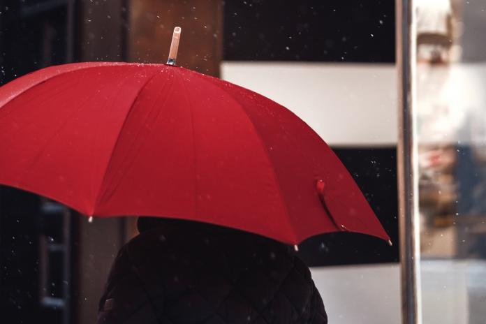 ▲長柄傘的雨水可以順著傘尖處流到地面,搭電車時就不會影響到旁人。(示意圖/取自 Unsplash )
