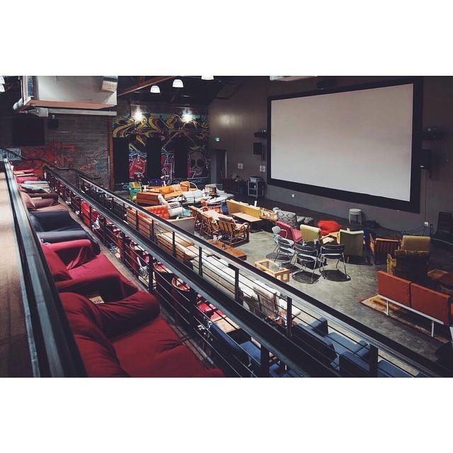 ▲影城還貼心的替來看電影的消費者著想,如果是覺得不習慣躺著的觀眾,更提供了各種不同的椅子、老式家具甚至懶人椅,讓腿部也有很大的伸展空間。(圖/翻攝自 Cinémas Pathé 臉書)