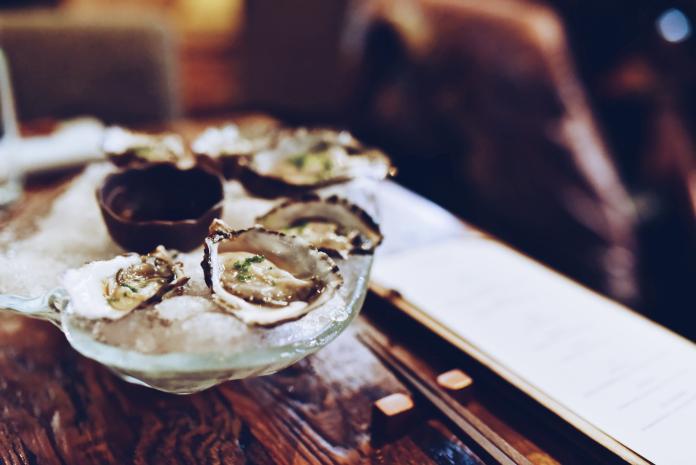 ▲食用帶有創傷弧菌的海鮮,嚴重可能會休克。(示意圖/取自 Unsplash )