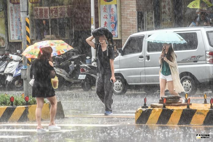 ▲輕颱丹娜絲逐漸與東邊的對流雲系合併,路徑也再往東邊修正,對台灣威脅將逐漸降低。(圖/NOWnews資料圖片)