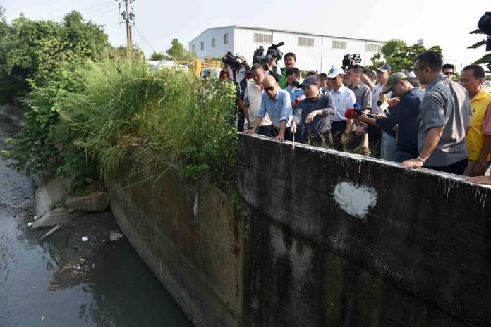 ▲韓國瑜今天下午也到鳥松區,勘查每雨必淹的神農路。(圖/高市府提供)