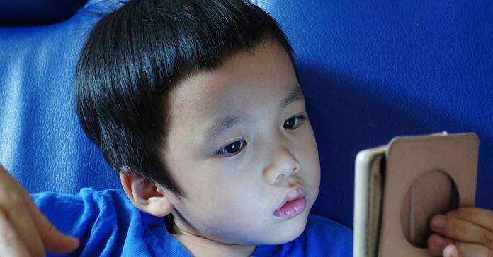 ▲暑假期間兒童平均每天在家使用3C用品多達4小時以上,短短1個暑假度數增加200度大有人在,呼籲家長應注意孩子使用3C的時間,及早矯正孩子視力,並協助養成正確用眼習慣,否則惡視力恐影響學習及生活。(圖/ingimage)