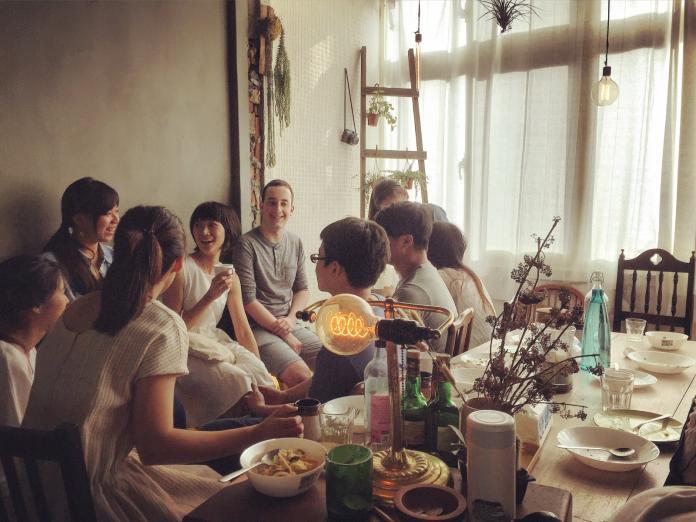 ▲客廳與廚房是房客們情感連結的重要所,所有故事都在這裡發生。(圖/潘信榮提供)