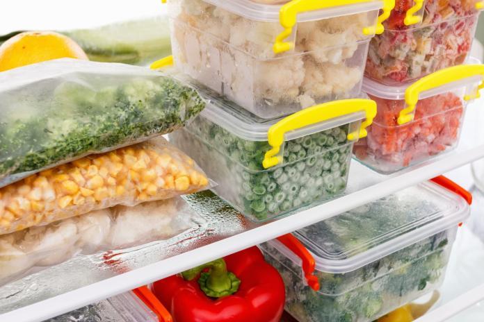▲想讓家裡冰箱整齊並節省電費,建議選用透明容器及使用標籤分類收納。(圖/信義居家提供)