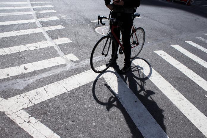 ▲自行車騎在斑馬線上是違規的。(示意圖/取自 Unsplash )