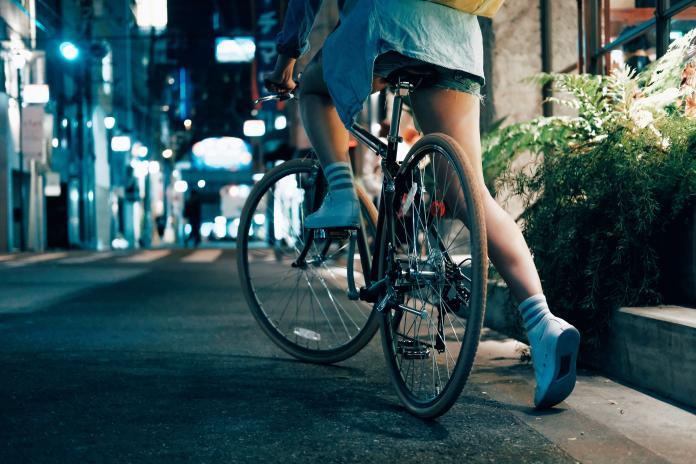 ▲就算騎在人車共道的人行道,還是行人優先。(示意圖/取自 Unsplash )