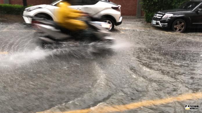 一場豪雨,讓台南市區多處道路積淹水