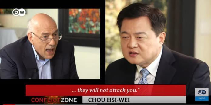 前台北縣長周錫瑋接受《德國之聲》專訪,一場專訪似乎變成辯論大賽。(圖 / 翻攝《德國之聲》公開播出影片)