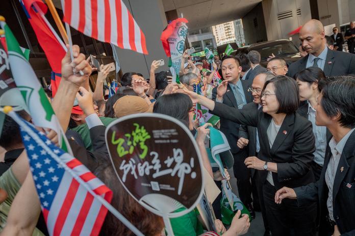 蔡英文總統在美國時間19日下午返程過境美國丹佛市,華僑聚集表達歡迎之意。(圖 / 總統府提供)