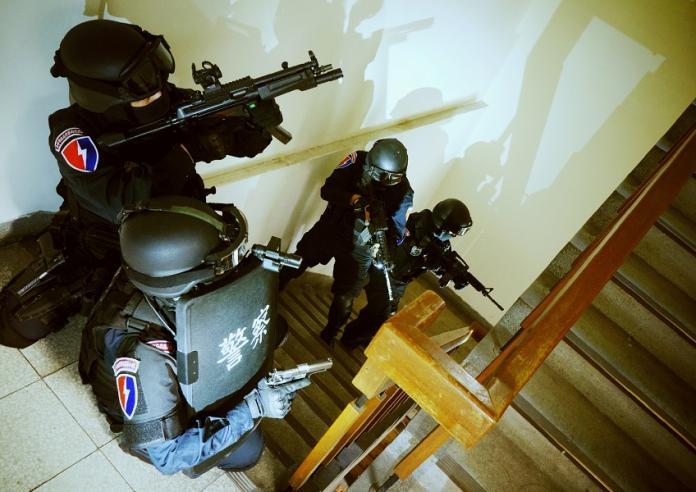 ▲中市保大特勤中隊於犯罪現場攻堅(圖/警方提供)