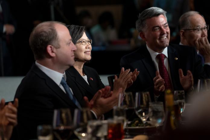 圖左至右,美國科羅拉多州州長波利斯(Jared Polis)、蔡英文總統、美參議院外交委員會亞太小組主席賈德納(Cory Gardner)。(圖 / 總統府提供)