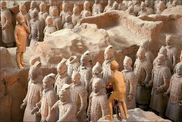 ▲更有網友開玩笑的說「曬乾後恐怕能當雕塑了」,甚至做出和兵馬俑的合成圖比較,笑翻眾人。(圖/翻攝自推特)