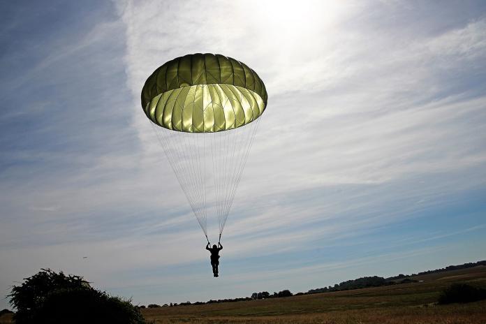 parachutist-2183279_1280
