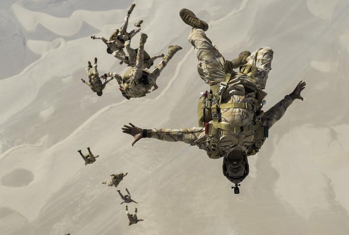 <br> ▲軍人通常需要經歷相當多的訓練,其中有些兵種也需培養跳傘能力。(圖/取自 Pixabay )