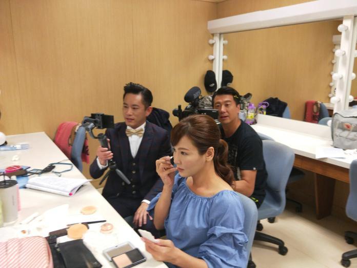 ▲韓宜邦(左)在拍戲現場,常和吳皓昇一同拍攝邱琦雯,讓邱琦雯哭笑不得。(圖/艾迪昇傳播提供)