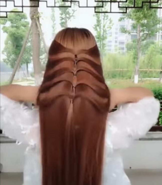 ▲熟練的動作讓頭髮在她手下仿佛非常聽話,幾分鐘就綁好一個漂亮的髮型。(圖/翻攝自影片)