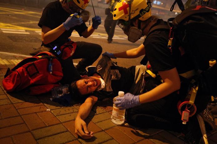 香港反送中遊行,昨日驚傳暴力事件,韓國瑜受訪時說「譴責暴力是普世價值」。 (圖/美聯社/達志影像)