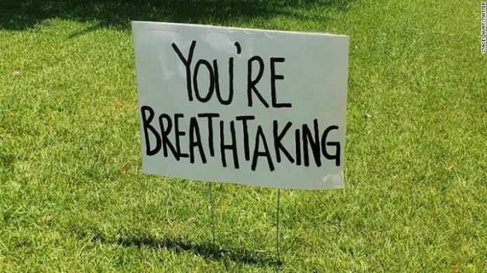 ▲ 寫著「你好正」(You're breathtaking)的牌子(圖/翻攝自CNN)