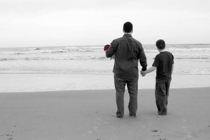 ▲一名單親媽媽在臉書發文,表示自己已和前夫離婚長達 6 年,對方從未對小孩養育付出過「半毛錢」,但小孩卻因為不想被管教,反而想跟不管教的爸爸更親近。