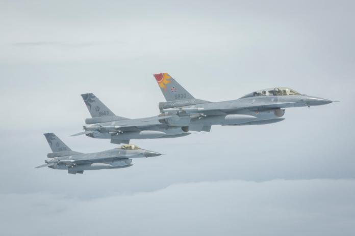 蔡英文總統啟程「自由民主永續之旅」,F16戰機於啟程時護航。(圖 / 總統府提供)