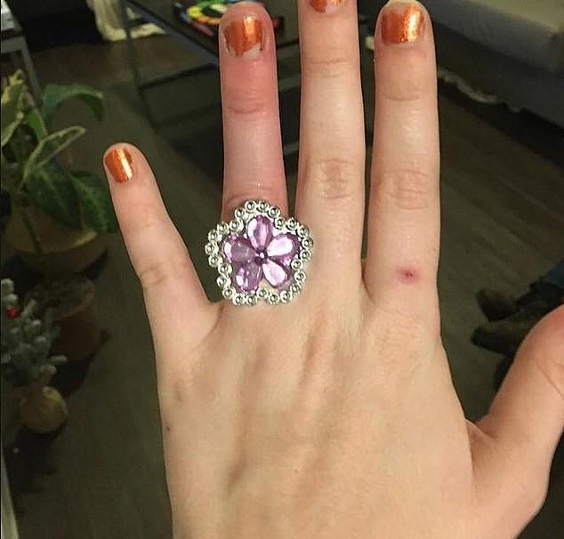 ▲她強調這枚訂婚鑽戒是訂製設計的。(圖/翻攝自每日郵報)