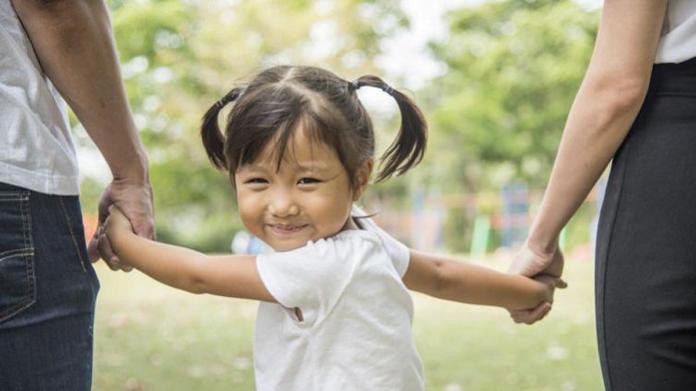 <br> ▲台灣「少子化」的問題日趨嚴重,究竟養一個小孩實際上得花多少錢呢?一名網友日前就在 PTT 上發文,直言「不生 = 現賺 500 萬」!圖中人物與新聞無關。(示意圖/翻攝自 Shutterstock)