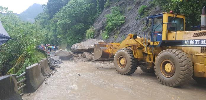阿里山公路36.6公里因大雨發生落石,五工處隨即派工程車前往排除。