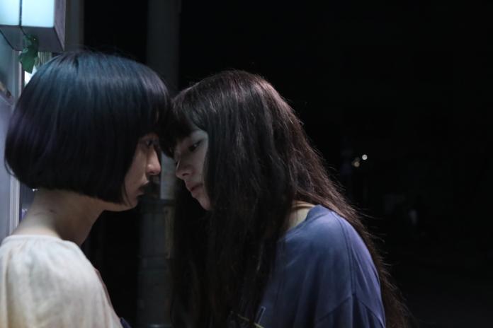 ▲《再見了,唇》一場小松菜奈(右)和門脇麥(左)激烈爭吵後的女女吻戲,更是全片最大高潮(圖/天馬行空)