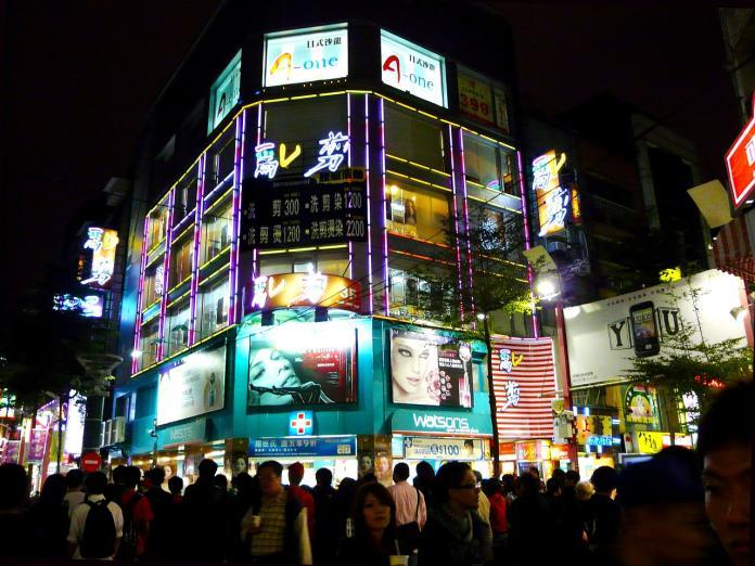 ▲有網友在 PTT 提到,觀光客來台灣旅遊除了掃鳳梨酥,還必買面膜,直問「台灣面膜是真的世界有名嗎?」貼文立刻引發熱議,有神人在留言串點出關鍵真相。(示意圖/翻攝自 Pixabay )