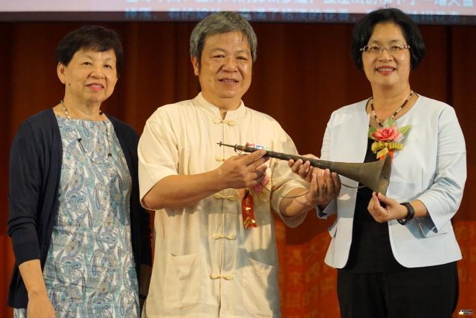 <br> ▲許村和老師(中)捐贈文物,由王惠美縣長(右)代表接受。(圖/記者陳雅芳攝,2019.07.26)