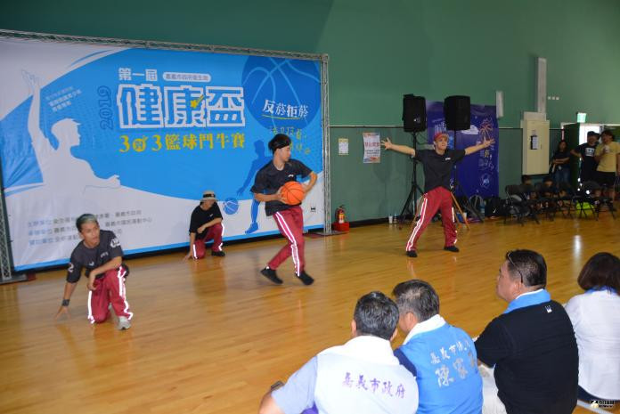 <br> 築夢者DRZ團體帶來菸害Out Freestyle籃球街舞表演。(圖/記者郭政隆攝影2019.7.27)