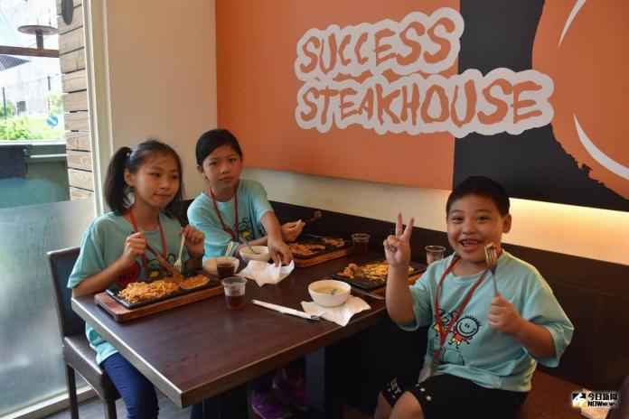 <br> ▲來自和、線、伸三鄉鎮的孩子就開心來到牛排館用餐。(圖/記者陳雅芳攝,2019.07.27)