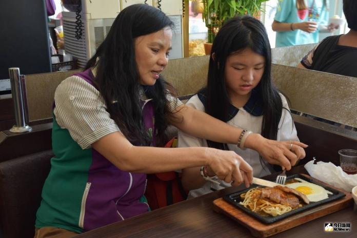 <br> ▲彰化縣議員賴清美指導家扶兒使用刀叉用餐。(圖/記者陳雅芳攝,2019.07.27)